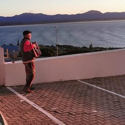 Trekklavierspeler bring hoop aan siekes