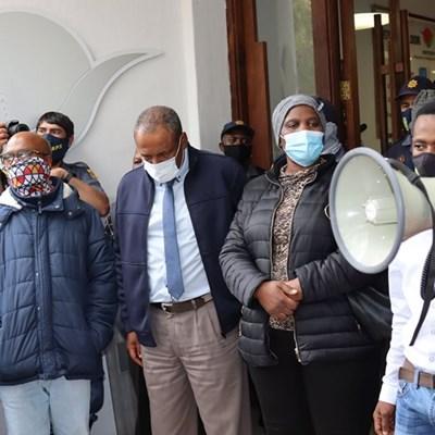 Municipal workers suspend strike to negotiate