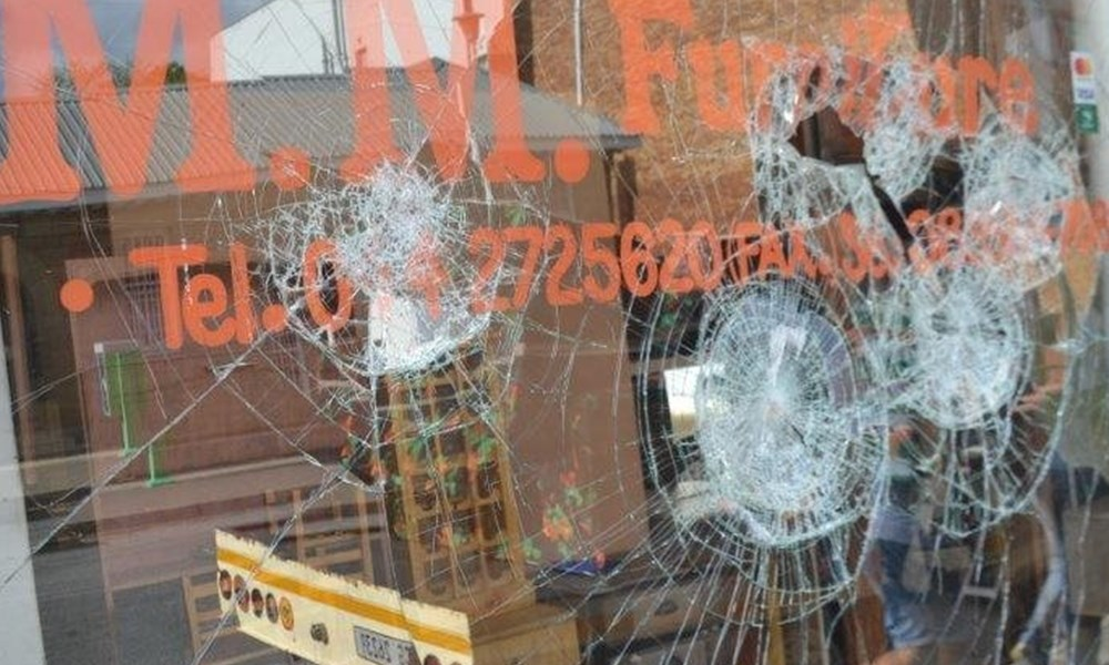 Kerkstraat word met 'n baksteen aangeval