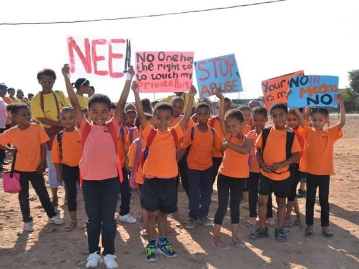 Kinders deel van optog teen geweld