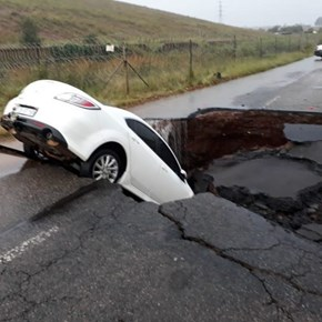 Chaos as flooding overwhelms parts of Gauteng