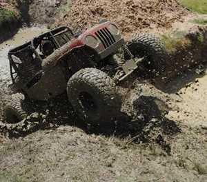 Viertrekkers baljaar in moddermoeras