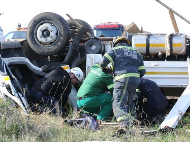 Vragmotorbestuurder ernstig beseer na ongeluk op N2