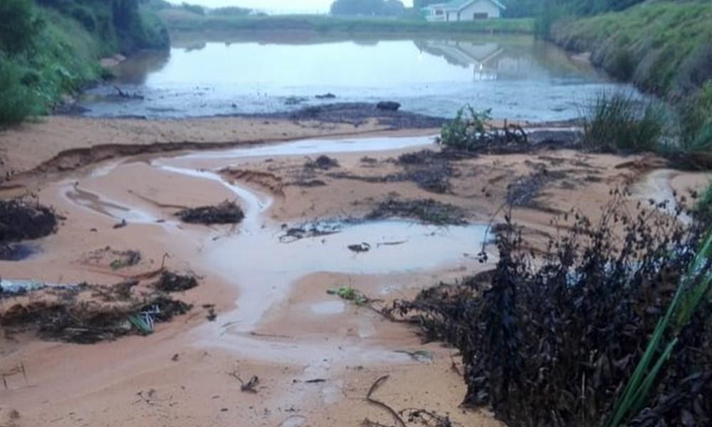 Vloede veroorsaak bruin water