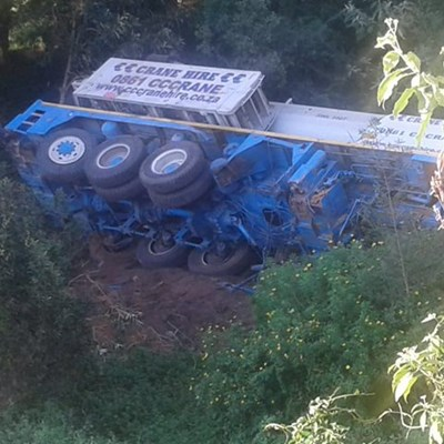 Mobile crane plunges into Malgas River