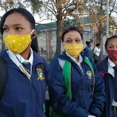Rye leerders voor toe hekke by hoërskool