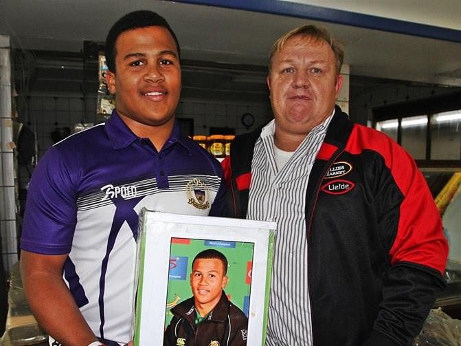 Jong rugby speler soek ondersteuning