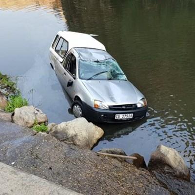 Ongeluk: Bakkie beland in rivier