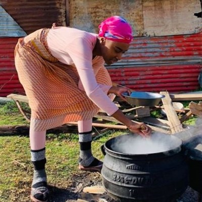 Miss Universe cooks traditional South African