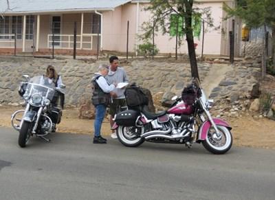 Vroue-motorfietsryers en 'n kameraspan op De Rust