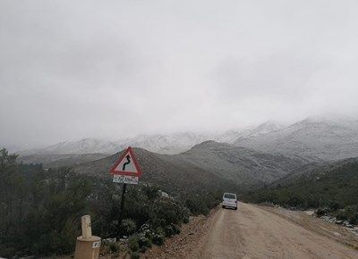 Motors stroom berge toe om sneeu te kyk