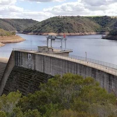 Damvlakke val, spaar steeds water
