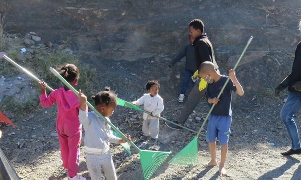 Children clean Nuwe Street
