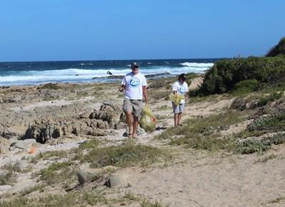 Stilbaai coastline gets cleaned