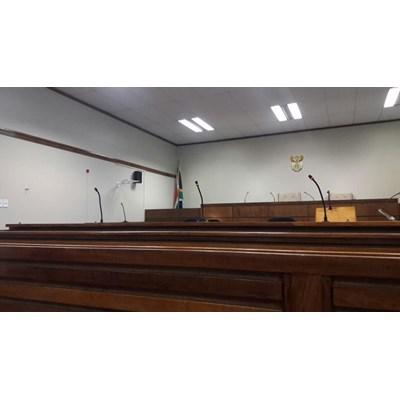 Opvolg: Pa en seuns in hof na aanranding