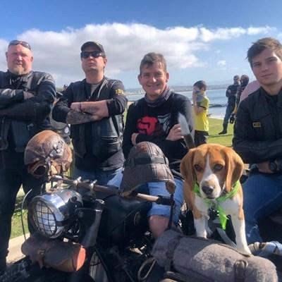 Motorfietsryers help akwarium kop bo water hou