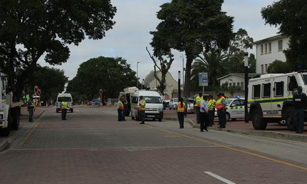 Polisie en verkeer deursoek die dorp