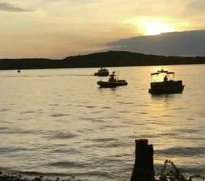 11 dead as boat capsizes and sinks in Missouri lake