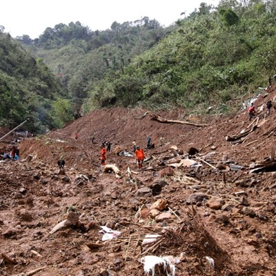 Frantic dig for Philippine victims of typhoon landslide