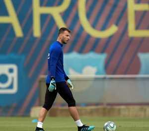 Barcelona goalkeeper Neto to undergo surgery on wrist injury