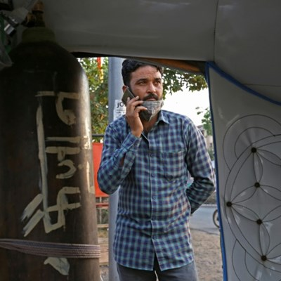 Rickshaw 'ambulance' offers free oxygen, transport for virus patients