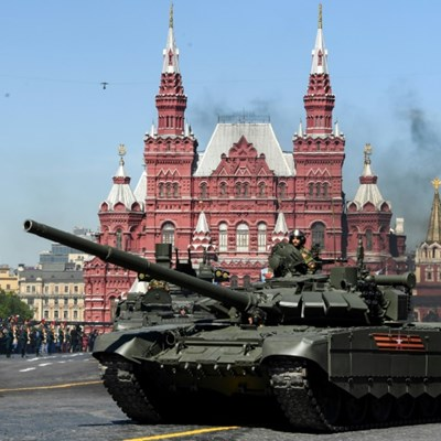 Russian soldier rolls out tanks for romantic manoeuvre