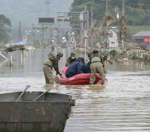 Brave Japanese rafters paddle against the floods