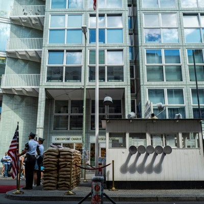 Berlin bans snapshot 'soldiers' at Checkpoint Charlie