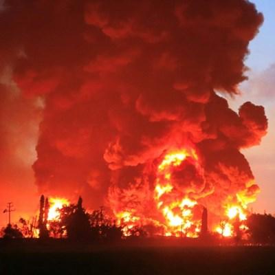 Massive fire engulfs Indonesian oil refinery