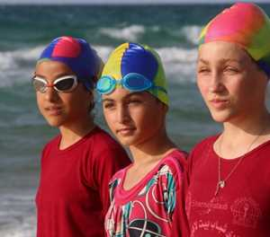 Swim team braves pollution to dive into Gaza waters