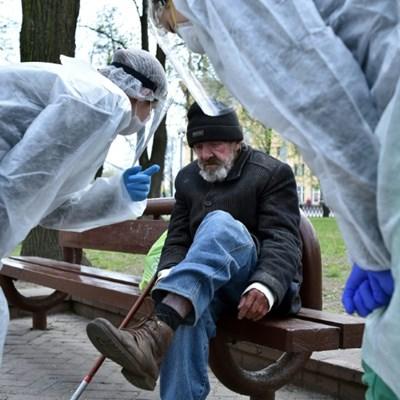 Young street doctor defies virus to help Belarus homeless