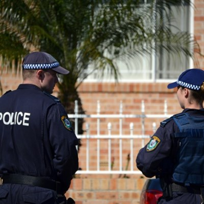 Aussie cop stops press conference to tackle suspect