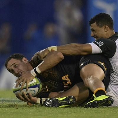 Jaguares revel in the rain to batter Bulls