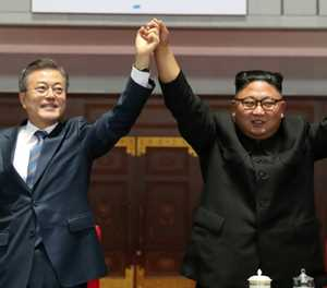 Two Koreas leaders in mountain show of unity