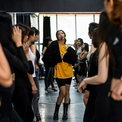 Instagram-ready: Vietnamese influencer teaches art of posing