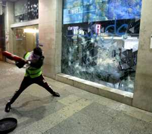 Lebanon banks in tatters after angry night-time demos