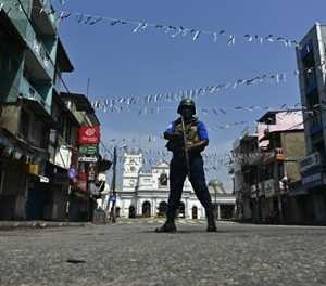 Sri Lanka troops join hunt for bombing suspects