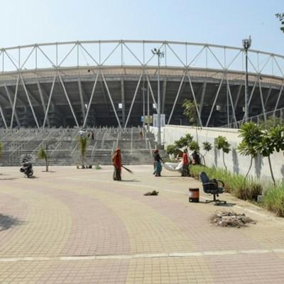 Crowd pressure for England at world's biggest cricket stadium