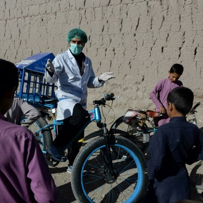 Afghan cyclist in 'door-to-door' campaign to curb virus