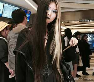 Chinese metro apologises after goth makeup removal demand
