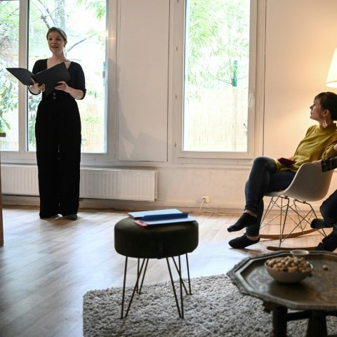 French opera singer offers home delivery