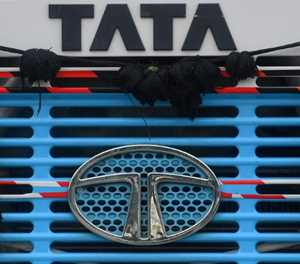 Covid woes and chip shortages keep Tata Motors in the red