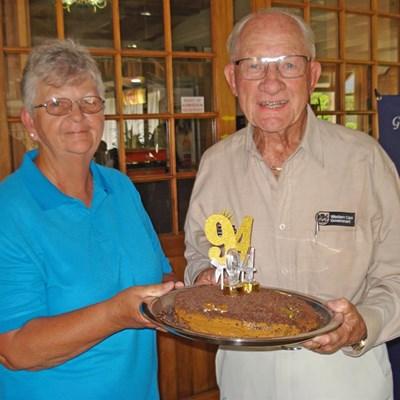 94-jaar mylpaal op rolbalbaan gevier
