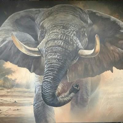 Kunstenaar speel met die olifant se slurp
