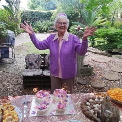 Nannie Joubert nog vrolik op 99