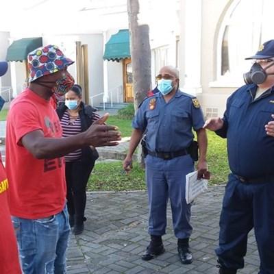 EFF eis dat gebou sluit