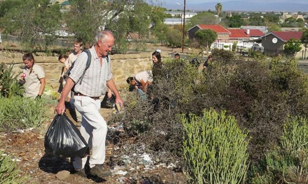 Vrywilligers maak skoon op Oudtshoorn
