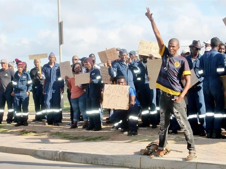 Workers attract minister's attention