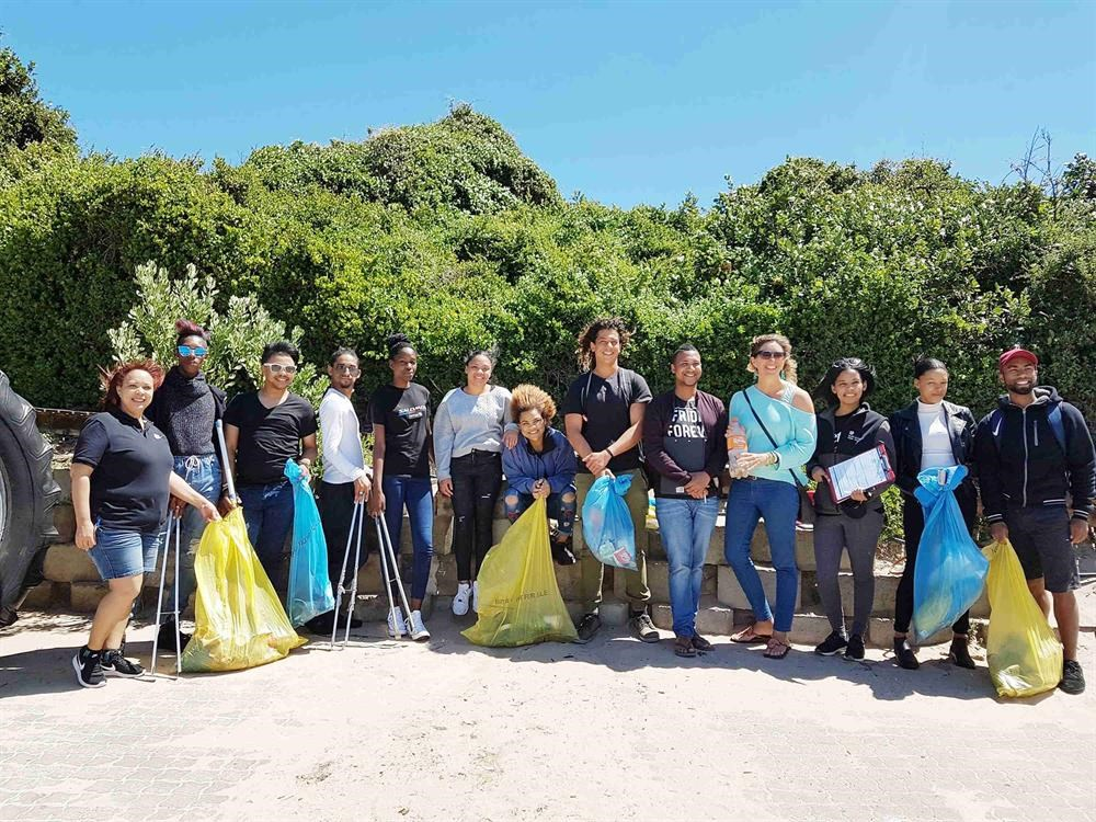 Pageant contestants clean up Central Beach