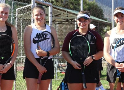 Tennisspelers van Hoër Volkskool oefen hard